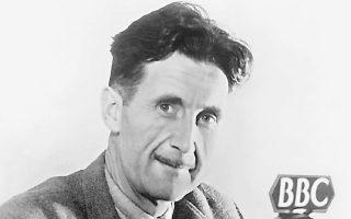 Ο πασίγνωστος συγγραφέας της «Φάρμας των ζώων» και του «1984» Τζορτζ Οργουελ, φωτογραφημένος το 1945 στα στούντιο του BBC στο Λονδίνο.