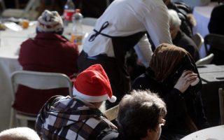 Άνθρωποι τρώνε στο Χριστουγεννιάτικο γεύμα αγάπης στο δημοτικό γυμναστήριο στο Ρουφ, που δόθηκε από το Δήμο Αθηναίων προς άπορους και άστεγους, Πέμπτη 25 Δεκεμβρίου 2014. ΑΠΕ-ΜΠΕ/ ΑΠΕ-ΜΠΕ/ Αλέξανδρος Μπελτές
