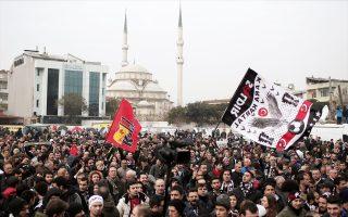 Εκατοντάδες οπαδοί της ποδοσφαιρικής ομάδας Μπεσίκτας συγκεντρώθηκαν χθες μπροστά στο δικαστήριο της Πόλης, για να διαμαρτυρηθούν για τις διώξεις.