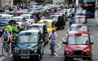 Στο Λονδίνο η Uber έχει γίνει αποδέκτης της δυσαρέσκειας ενώσεων οδηγών ταξί που διαμαρτύρονται για αθέμιτο ανταγωνισμό.