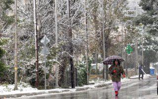 Στα λευκά ντύθηκε χθες η Πεντέλη από το νέο κύμα χιονιά που επελαύνει στη χώρα, προκαλώντας προβλήματα στην κυκλοφορία.
