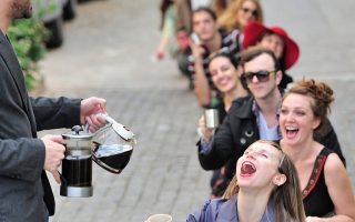 Οι εξαιρετικοί χορευτές και ηθοποιοί του ανανεωμένου Κινητήρα στην παράσταση «Ο Καφές».
