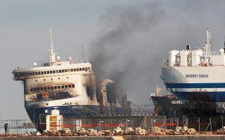 Το «Norman Atlantic», στο λιμάνι του Μπρίντιζι, «καπνίζει» ακόμα. Εξετάζεται το ενδεχόμενο το πλοίο να μεταφερθεί στο Μπάρι, καθώς οι έρευνες γίνονται από την εκεί εισαγγελία.