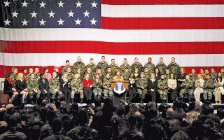 Η Λόρα Μπους μιλάει σε στρατεύσιμους της βάσης του Ραμστάιν, στη Γερμανία, το 2005. Η βάση αυτή δεν απειλείται με κλείσιμο.