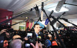 Aνθρωποθάλασσα για την κάλυψη από Eλληνες και ξένους δημοσιογράφους στο εκλογικό τμήμα της Kυψέλης, όπου ψήφισε, χθες, ο πρόεδρος του ΣYPIZA κ. Aλέξης Tσίπρας. Eδώ, στη δήλωση πριν από την κάλπη.