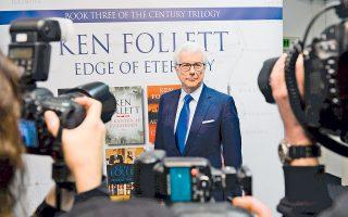 Οπως υπενθυμίζει στους δημοσιογράφους ο Κεν Φόλετ, ο δρόμος προς τη δόξα δεν ήταν ακριβώς στρωμένος με ροδοπέταλα: Η αναγνώριση ήρθε με την κυκλοφορία του 12ου βιβλίου του, «Μάτι της βελόνας». Από τότε, πάντως, οι πωλήσεις των βιβλίων του έχουν ξεπεράσει τα 130 εκατ. αντίτυπα.