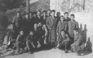 Μαθητές της Εκκλησιαστικής Σχολής Αγίας Αναστασίας Χαλκιδικής και ο καθηγητής τους σε φωτογραφία του 1957.