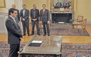 Ο κ. Αλέξης Τσίπρας ενώ ορκίζεται πρωθυπουργός με πολιτικό όρκο. Νωρίτερα είχε επισκεφτεί τον Αρχιεπίσκοπο Αθηνών και πάσης Ελλάδος κ. Ιερώνυμο.