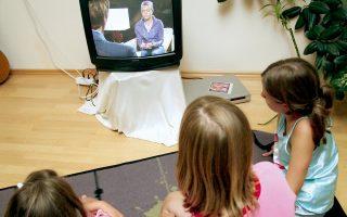 Απ' όλες τις οθόνες που διεκδικούν την προσοχή των παιδιών, εκείνα συνεχίζουν να προτιμούν την τηλεόραση.