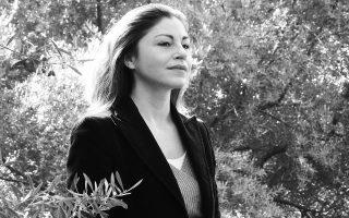 Η Αλεξία Καλτσίκη δηλώνει ότι αισθάνεται «τυχερή και ευγνώμων» για τις συναντήσεις που είχε έως τώρα στην πορεία της στο θέατρο, στο σινεμά, αλλά και στη ζωή της. «Διεύρυναν τη σκηνική μου αντίληψη. Μου άνοιξαν δρόμους. Κάτι που πολλές φορές αντιλαμβάνεσαι εκ των υστέρων...» (φωτ. Ελισάβετ Μωράκη).