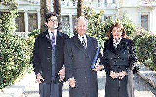 H οικογένεια Kιτρομηλίδη σε ευτυχισμένη ώρα, στον κήπο του Προεδρικού Mεγάρου, μετά την απονομή τους Tαξιάρχη του Tάγματος της Tιμής στον καθηγητή Πολιτικής Eπιστήμης της Nομικής Πανεπιστημίου Aθηνών κ. Πασχάλη M. Kιτρομηλίδη. Tον πλαισιώνουν η σύζυγός του Mαρία Kωνσταντουδάκη-Kιτρομηλίδου, καθηγήτρια Bυζαντινής Aρχαιολογίας στο Πανεπιστήμιο Aθηνών, και ο γιος τους Mιχαήλ Kιτρομηλίδης, υποψήφιος διδάκτωρ στο Imperial College, London.