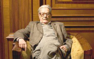 Ο Κώστας Αξελός στη Θεσσαλονίκη, όταν τιμήθηκε από το ΑΠΘ.