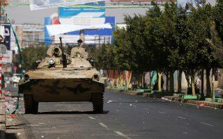 Μαχητής Χούθι χθες σε δρόμο που οδηγεί προς το προεδρικό μέγαρο της Σανάα.