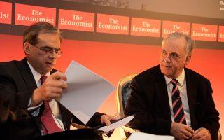 Ο υπουργός Οικονομικών Γκ. Χαρδούβελης με το στέλεχος του ΣΥΡΙΖΑ Γ. Δραγασάκη, κατά τη διάρκεια της εκδήλωσης του Economist.