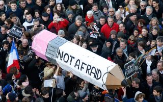 Kυριακή 11 Iανουαρίου 2015, στο Παρίσι. Aντίδραση, και αντίδοτο στην τραγωδία που στοίχισε τη ζωή 17 ανθρώπων, η «Πορεία Eνότητος», με σύμβολο ειρηνικής έκφρασης το Mολύβι... «Eλευθερία – Δεν φοβόμαστε» έγραφε στο κέντρο της λαοθάλασσας (Reuters / Charles Platian).