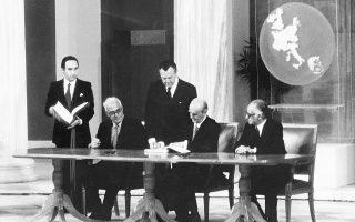 28 Μαΐου 1979. Ο πρωθυπουργός Κωνσταντίνος Καραμανλής υπογράφει στο Ζάππειο τη συμφωνία ένταξης την Ελλάδας στην ΕΟΚ. Αριστερά ο υπουργός Εξωτερικών Γ. Ράλλης και δεξιά ο υπουργός για Θέματα ΕΟΚ Γ. Κοντογιώργης.