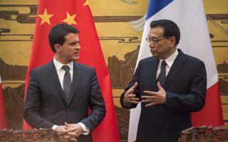 Ο Γάλλος πρωθυπουργός, Μανουέλ Βαλς (Α), με τον Κινέζο ομόλογό του.