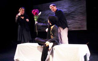 Στιγμιότυπο από την παράσταση «Τα φώτα στο βάθος» σε σκηνοθεσία Εστέρ Αντρέ Γκονζάλες, που παρουσιάζει το Από μηχανής θέατρο.