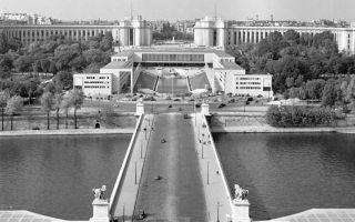Palais de Chaillot, η έδρα του ΝΑΤΟ στο Παρίσι. «Η ελληνική Κυβέρνησις θεωρεί χρέος της όπως διά της παρούσης διακοινώσεως επιστήση την προσοχήν των μελών της Ατλαντικής Συμμαχίας επί των κινδύνων, τους οποίους δημιουργεί η εφαρμογή του ειρημένου σχεδίου [του σχεδίου Μακμίλαν] τόσον διά την συνοχήν της Συμμαχίας, όσον και διά την ειρήνην της Ανατολικής Μεσογείου» γράφει στην επιστολή του ο Κων. Καραμανλής.