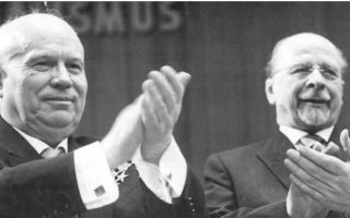 Ο Νικίτα Χρουστσόφ  (αριστερά) με τον ηγέτη της «Γερμανικής Λαοκρατικής Δημοκρατίας» Βάλτερ Ούλμπριχτ σε φωτογραφία του 1963.