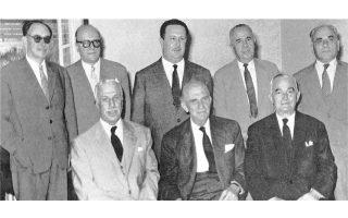 Η πρώτη Διοικούσα Επιτροπή της Ενώσεως Κέντρου. Από αριστερά καθήμενοι οι Παυσανίας Κατσώτας, Γεώργιος Παπανδρέου, Γεώργιος Αθανασιάδης-Νόβας. Ορθιοι οι Ηλίας Τσιριμώκος, Στέφανος Στεφανόπουλος, Σάββας Παπαπολίτης, Σταύρος Κωστόπουλος (ο οποίος εκπροσωπεί τον αρχηγό των Φιλελευθέρων Σοφοκλή Βενιζέλο) και Αλέξανδρος Μπαλτατζής.