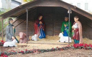 Στη φάτνη της Ομόνοιας, η θρησκευτική παράδοση έχει κάτι από τις ιστορίες του αστυνόμου Μπέκα. Από τα Χριστούγεννα και μετά, η Παναγία, ο Ιωσήφ και οι βοσκοί ψάχνουν τι απέγινε ο μικρός Ιησούς.
