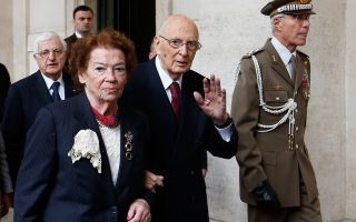 Ο Τζόρτζιο Ναπολιτάνο βγαίνει από το προεδρικό μέγαρο με τη σύζυγό του ολοκληρώνοντας μια σταδιοδρομία που τον έφερε από τις ένοπλες κομμουνιστικές αντιστασιακές οργανώσεις του Β΄ Παγκοσμίου στο ύπατο αξίωμα της Ιταλίας.