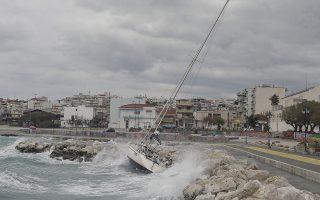 Ιστιοφόρο χτυπάει σε βράχια στο λιμάνι της Κορίνθου.