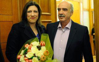 Ο Ευ. Μεϊμαράκης υποδέχθηκε με ανθοδέσμη την υποψήφια για Πρόεδρο της Βουλής, Ζωή Κωνσταντοπούλου.