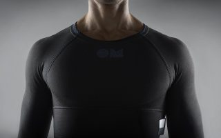 To T-shirt της καναδικής OMSignal μετρά τους σφυγμούς και τον ρυθμό της αναπνοής