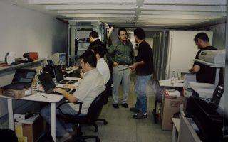 Τεχνικοί στήνουν τα συστήματα για τη συλλογή και μετάδοση των αποτελεσμάτων σε παλιότερες εκλογές.