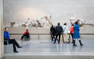 Αίθουσα 18, the Parthenon Galleries. Ο χώρος λαμπρός, αλλά η αρχιτεκτονική συντηρητική. Δύο φύλακες που δεν έχουν πολλά να κάνουν. Ο κόσμος πειθαρχημένος, δεν δημιουργεί προβλήματα.
