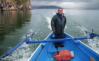 Βαρκάδα με τον πρόεδρο των ψαράδων του χωριού Ψαράδες Νίκο Τραϊανόπουλο. (Φωτογραφία: Όλγα Χαραμή)