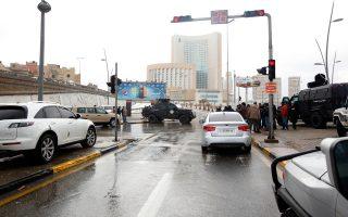 Δυνάμεις ασφαλείας κυκλώνουν το πολυτελές ξενοδοχείο μετά την ανατίναξη του παγιδευμένου οχήματος.