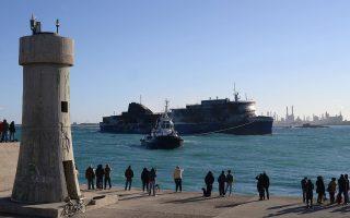 Κόσμος στο λιμάνι του Μπρίντιζι παρακολουθεί την είσοδο του ρυμουλκούμενου «Norman Atlantic». Το πλοίο θα ερευνηθεί διεξοδικά, ώστε να διαπιστωθεί αν υπάρχουν εγκλωβισμένα θύματα, ενώ παράλληλα θα ξεκινήσει και η έρευνα για τα αίτια που προκάλεσαν την πυρκαγιά στο γκαράζ.