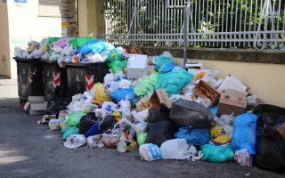 Ο Δήμος Τρίπολης πριν από δύο εβδομάδες κηρύχθηκε σε κατάσταση έκτακτης ανάγκης έως τις 13 Απριλίου του 2015, καθώς τα απορρίμματα συσσωρεύονταν στους δρόμους για περισσότερο από ένα μήνα.