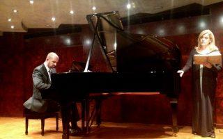Ο Κάρολος Ζουγανέλης και η Μάγδα Μαυρογιάννη στο μουσικοθεατρικό αναλόγιο «Φραντς Σούμπερτ» (Ιδρυμα Θεοχαράκη).