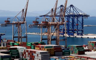 Ο νέος αναπληρωτής υπουργός για την Ανάπτυξη με αρμοδιότητα στον τομέα εμπορικής ναυτιλίας, Θεόδωρος Δρίτσας, προσερχόμενος χθες στο Προεδρικό Μέγαρο για την ορκωμοσία, δήλωσε ότι η αποκρατικοποίηση του ΟΛΠ σταματάει εδώ. «Ο δημόσιος χαρακτήρας του λιμανιού παραμένει, η ιδιωτικοποίηση του ΟΛΠ σταματάει εδώ», είπε χαρακτηριστικά.