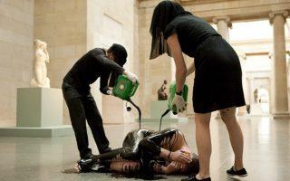 Ακτιβιστές κάνουν περφόρμανς στην Tate, διαμαρτυρόμενοι για τη χορηγία της ΒΡ.