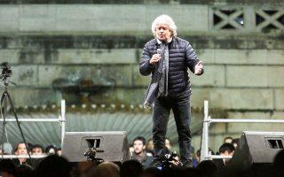 Ο Μπέπε Γκρίλο απευθύνεται στους υποστηρικτές του Κινήματος των Πέντε Αστέρων στην Πιάτσα ντελ Πόπολο, στη Ρώμη.