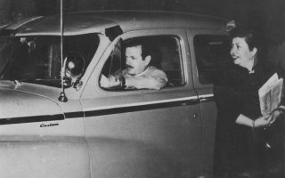 Το αγοραίο ταξί που χρησιμοποιούσε ο Βασίλης Τσιτσάνης την εποχή του Τζίμη του Χοντρού. Η Μαρίκα Νίνου έχει πάρει πρωινές εφημερίδες. Ο οδηγός του ταξί του έδωσε την εικόνα για να γραφτεί το τραγούδι «Μαχαλόμαγκας».Η «Κ» παρακολούθησε τις πρόβες του αφιερώματος στον Τσιτσάνη που θα δοθεί για τα 100 χρόνια από τη γέννησή του, στις 20 και 21 Ιανουαρίου στο Μέγαρο Μουσικής Αθηνών.