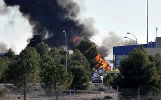 Φλόγες και πυκνός καπνός ξεπηδούν από το σημείο πτώσης ελληνικού F-16 στη διάρκεια εκπαιδευτικής άσκησης του ΝΑΤΟ στην Ισπανία.