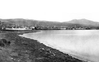 Η παλαιότερη φωτογραφία της Θεσσαλονίκης τραβηγμένη από τον Ούγγρο Σέκελι το 1863. Διασώζονται ακόμα τα θαλάσσια τείχη που γκρεμίστηκαν επτά χρόνια αργότερα.