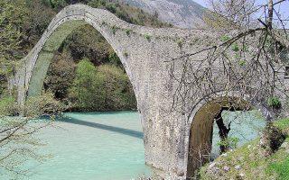 Το γεφύρι της Πλάκας όπως έστεκε περήφανο και άτρωτο μέχρι την Κυριακή. Ευτυχώς, θα ανακατασκευαστεί.