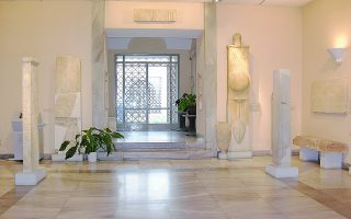 Χρονολογικά, τα εκθέματα του Επιγραφικού Μουσείου κλιμακώνονται από τον 8ο αιώνα π.Χ. έως και τους παλαιοχριστιανικούς χρόνους.