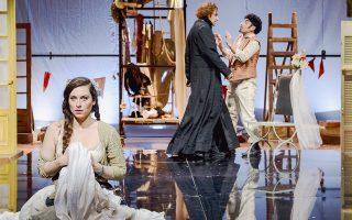 Μια σκηνή από τον «Γάμο του Φίγκαρο» και μια εικόνα από το σκηνικό που έστησε η Ελένη Μανωλοπούλου για τις ανάγκες της παράστασης.