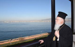 Ο Οικουμενικός Πατριάρχης κ.κ. Βαρθολομαίος βλέπει και με τα μάτια της μνήμης το πανόραμα τον κόλπο της Σμύρνης από τη βεράντα του Προξενείου της Σμύρνης. (Φωτ. Νίκος Μαγγίνας)