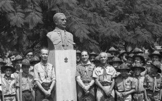 Από τα εγκαίνια του ανδριάντα του Αθανασίου Λευκαδίτη το 1969 στην Πλατεία Αργεντινής Δημοκρατίας, λεωφόρος Αλεξάνδρας. Αριστερά της προτομής ο κ. Μαρίνος Γερουλάνος, έφορος Γενικής Εφορείας και δεξιά ο Αρης Κωνσταντόγλου, Εφορος Περιοχής και ο Μάριος Φώσκολος, Αρχηγός Συστήματος. Οι Κωνσταντόγλου και Φώσκολος δεν βρίσκονται εν ζωή. Ο κ. Μαρίνος Γερουλάνος και η σύζυγός του Αιμιλία Γερουλάνου, το γένος Καλλιγά, είναι πάντα «η ψυχή» του Μουσείου Μπενάκη. (Βιβλιοθήκη – Ιστορικό Αρχείο Σώματος Ελλήνων Προσκόπων).