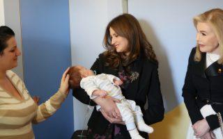 Ο μικρός Τζάνι, στην αγκαλιά της Odeta Nishani, συζύγου του προέδρου της Αλβανίας. Οι ευχές όλων – να γίνει γρήγορα καλά.