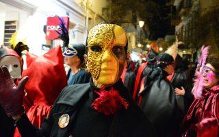 Μασκαράδες χορεύουν στην πλατεία Συντάγματος στο Ναύπλιο. (ΑΠΕ-ΜΠΕ/ΜΠΟΥΓΙΩΤΗΣ ΕΥΑΓΓΕΛΟΣ)